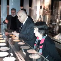 Il Direttore del Museo, della Biblioteca e degli Archivi del Grande Oriente di Francia, Pierre Mollier, spiega e presenta la collezione del Museo al Gran Maestro della Gran Loggia di Argentina, Angel Jorge Clavero